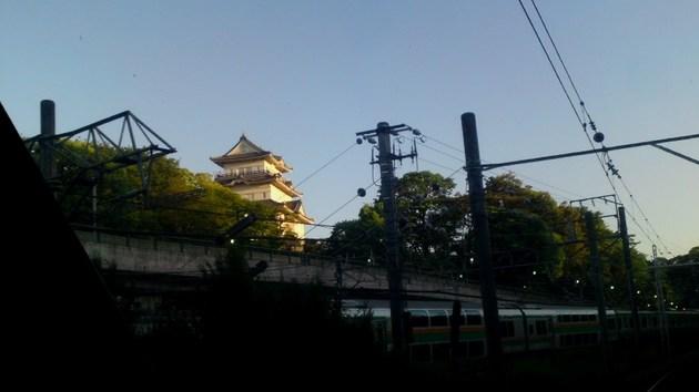 ロマンスカーから見た小田原城とJR東海道線.jpg